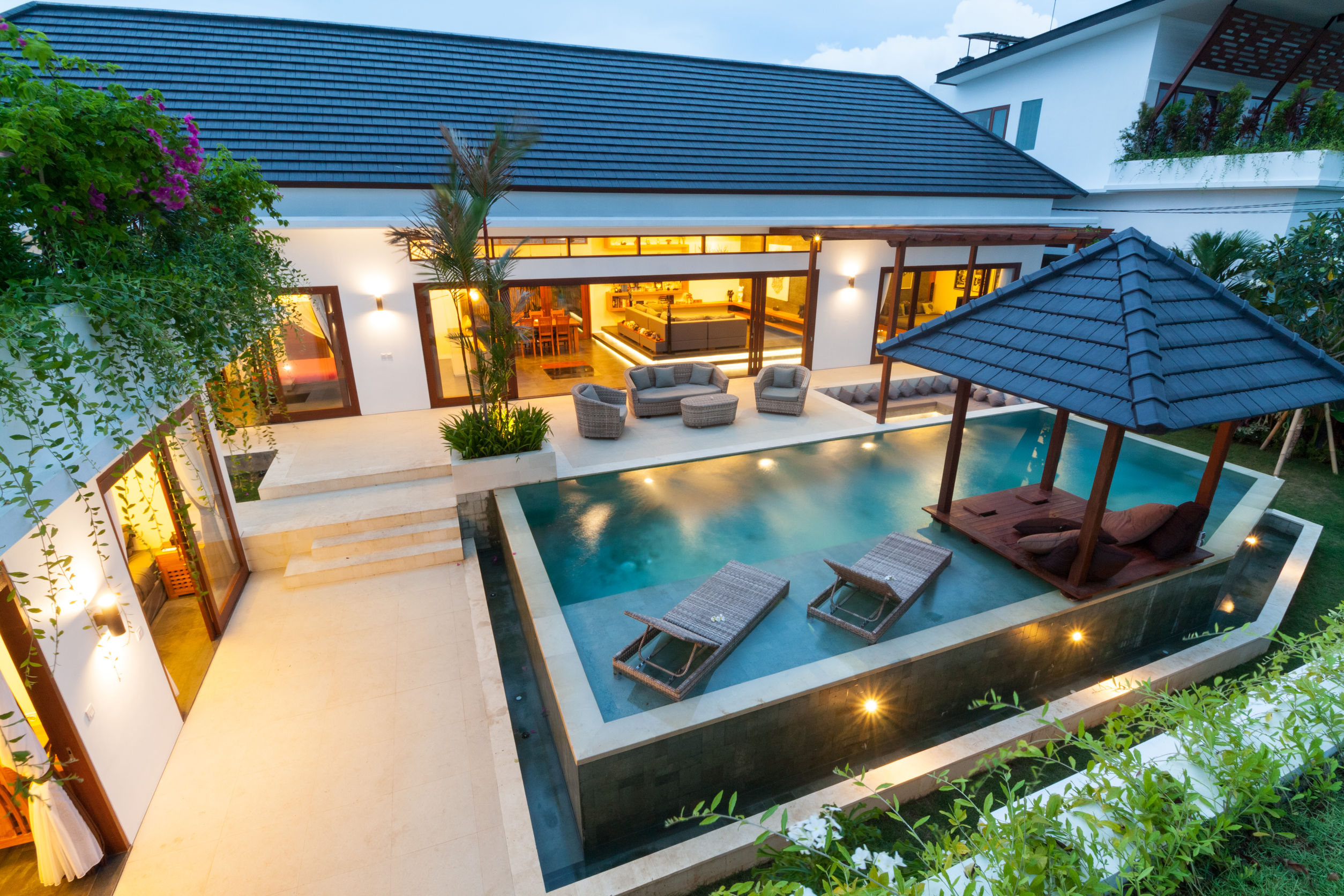 Five 2017 pool trends for a luxurious backyard retreat for Resort type house design